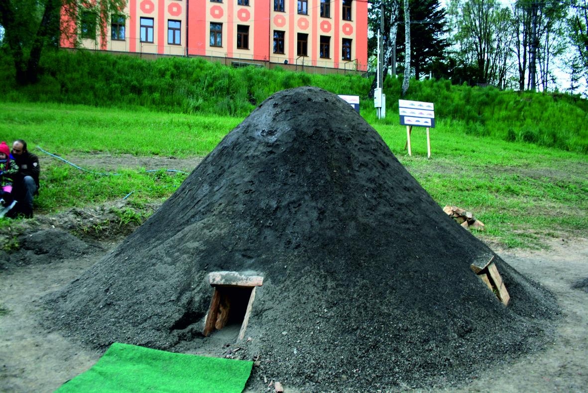 Kohlplatte mit Meiler unterhalb des Forsthauses von Grün vor der Entfachung
