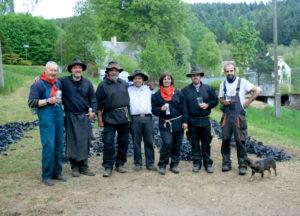 Das gesamte Köhlerteam von Grün mit der Ernte v.l.: S. Rymesch (Asch), C. Wilholm (Selb), D. Caran (Asch), K. Jacob Meng.-Häm.(Thür.), M. Caranova (Asch) H. Pohl (Selb) M. Rewcuk Grün, vom Ascher Forst