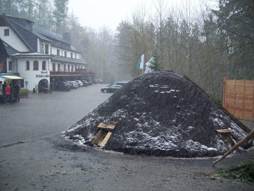 Schneefall kurz vor der Meilerentfachung