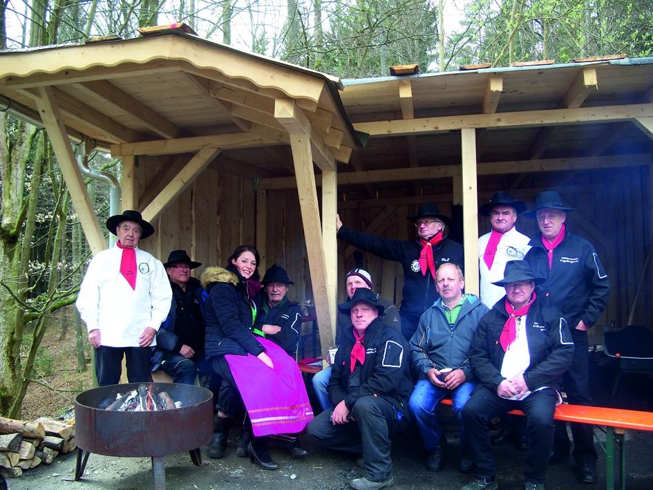 Das Team der Köhler mit Helfern und dem Erzgebirgischen Köhlerliesel kurz vor der Meilerentfachung